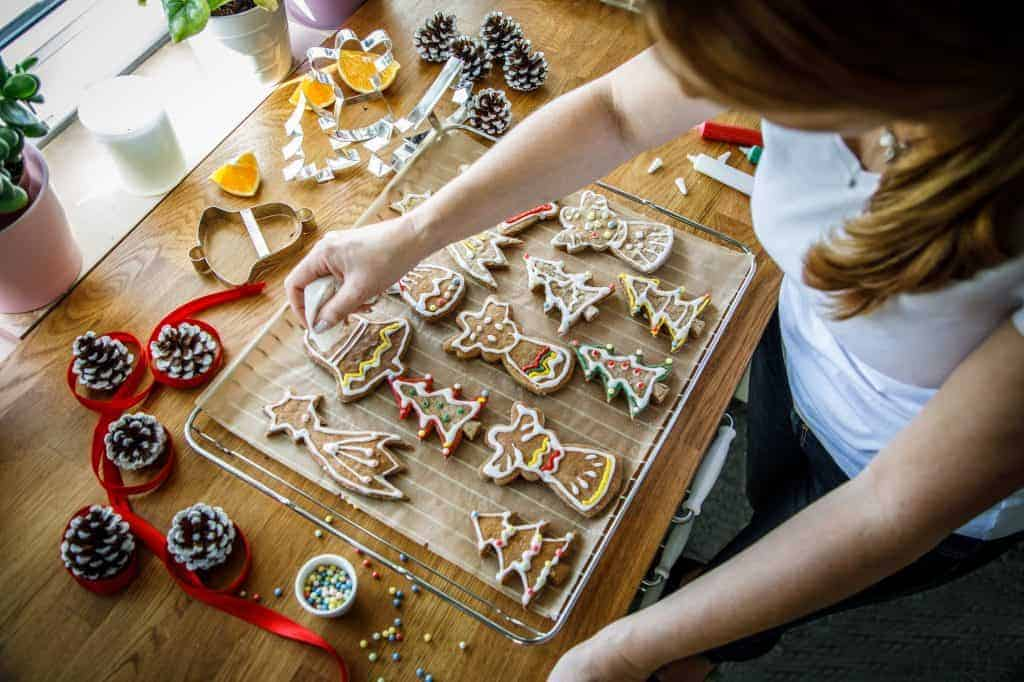 Woman decorating gingerbreadcookies